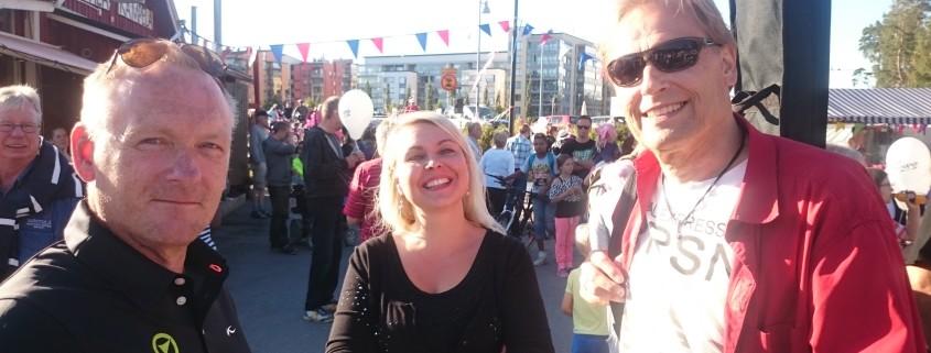 Kuvassa tilaisuudessa esiintynyt kaupunginvaltuutettu Timo Raittinen ja Planmeca Golf Areena Helsingin markkinointijohtaja Pekka Löfman yhdessä Riina Dursunin kanssa.